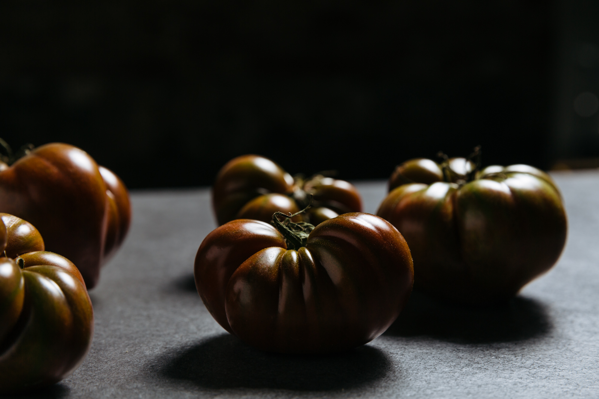 moody-food-photography-tomatoes-tabletop
